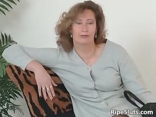 aged floozy in nylons use large dildo